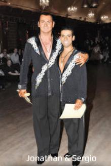 男同士でラテンを踊るカップル
